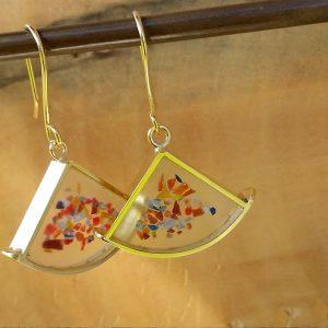 משולש עם קשת ושברי זכוכית
